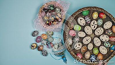 Mani in mano con cesto e uova di Pasqua vicino al cestino su fondo blu La Pasqua è santa 4k stock footage