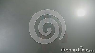 Maniacki jokeru charakter trzyma lampę w jego i przygotowywa tropić na Halloween nocy z zieleni imitaci włosy ręki - zbiory wideo