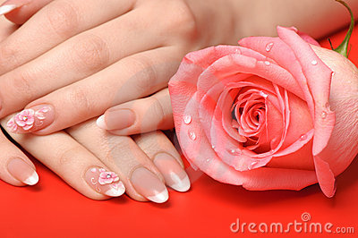 Manicura. Manos femeninas en fondo rojo