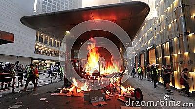 Manifestantes de Hong Kong incendian la entrada central del MTR almacen de metraje de vídeo