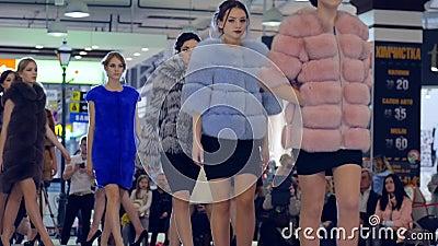 Manifestazione della sfilata di modo, pellicce alla moda sui modelli che vanno sulla passerella, presentazione di nuova raccolta  stock footage