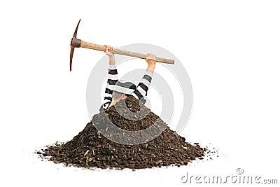 Manlig fånge som gräver ett hål och försöker att fly