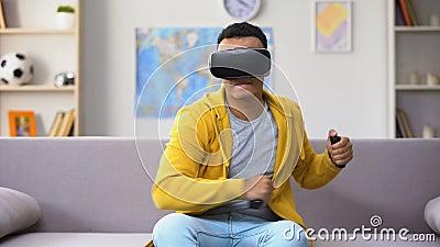 Manlig tonåring för afrikansk amerikan som spelar videospelet i VR-hörlurar med mikrofon, fantasi arkivfilmer