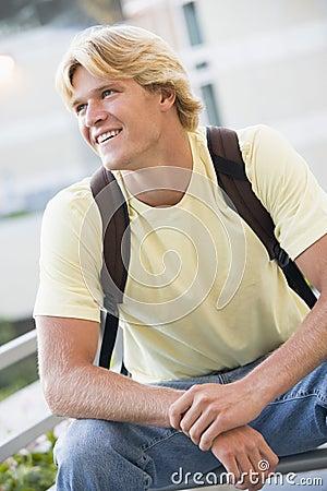Manlig utanför ryggsäckdeltagareslitage