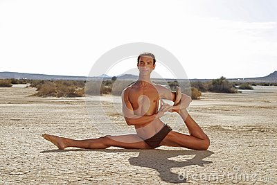 Manlign poserar yoga
