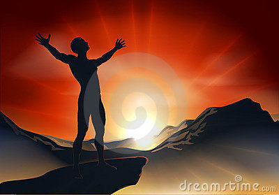 Mann auf Bergspitze mit den Armen heraus