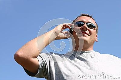 Mann auf dem Mobiltelefon