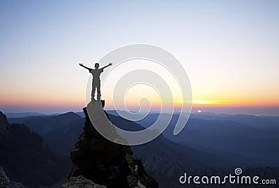 Mann auf die Oberseite des Felsens
