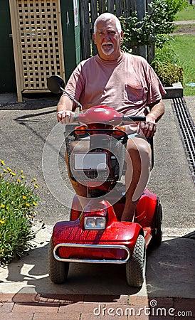 Mann auf elektrischem Buggy #2