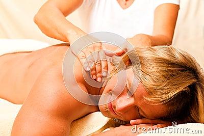 Mann bei Wellness und Massage