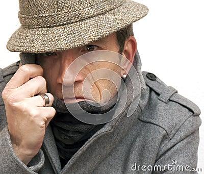 Mann beim Verstecken