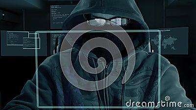 Mann in den Haubengläsern und in der Maske des Kopfschutzes sitzt am Computerlaptop und lädt geheime Daten herunter Ein Hacker an stock video