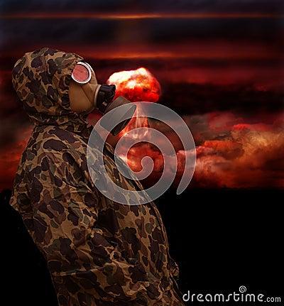 Mann in der Anti-Gasschablone
