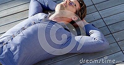 Mann, der auf dem Portal 4k sich entspannt stock video