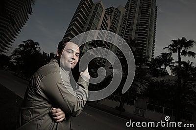 Mann, der auf ein Gebäude zeigt