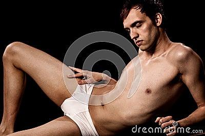 Mann in der Badebekleidung