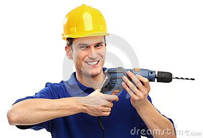 Mann, der Bohrgerät verwendet