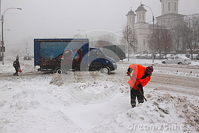 Mann, der an der Schneeräumung arbeitet Redaktionelles Stockfoto