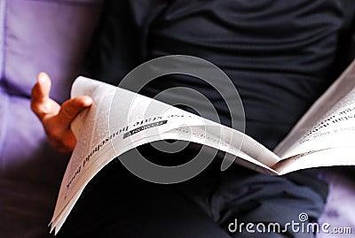 Mann, der eine Zeitung liest