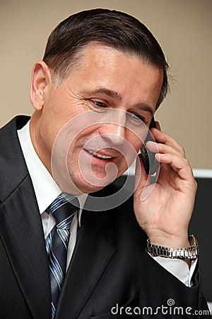 Mann, der an einem Telefon spricht