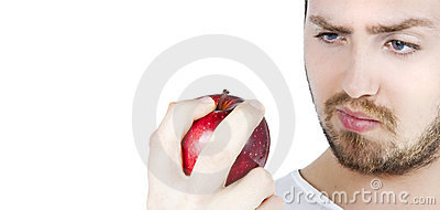 Mann, der entlang eines Apfels anstarrt