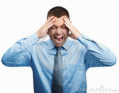 Mann, der heraus loud wegen Kopfschmerzen schreit