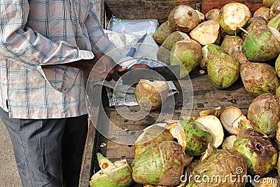 Mann, der Kokosnuss zubereitet