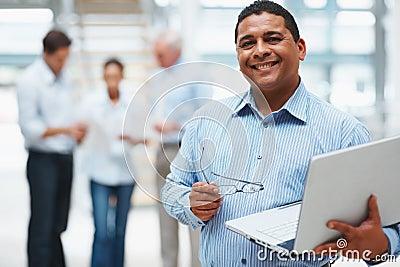 Mann, der Laptop mit Leitprogrammen an der Rückseite verwendet
