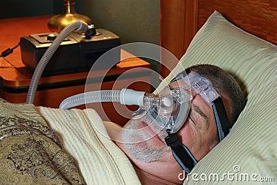 Mann, der mit CPAP schläft