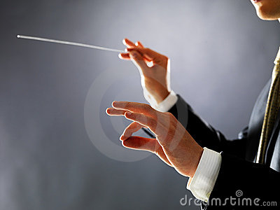 Mann, der mit seinem Taktstock im Konzert verweist