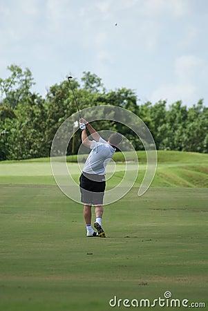 Mann, der mit weißem Hemd Golf spielt