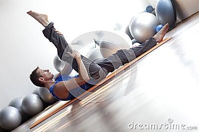 Mann, der pilates tut