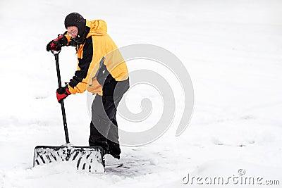 Mann, der Schnee schaufelt