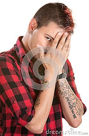 Mann, der sein Gesicht versteckt