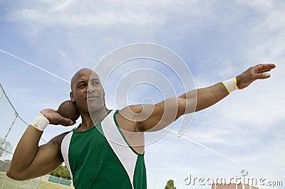 Mann, der sich vorbereitet, Kugelstoßen zu werfen