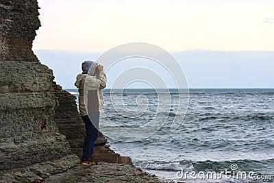 Mann, der stürmisches Meer betrachtet