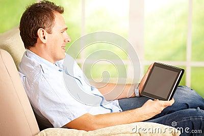 Mann, der Tablette verwendet