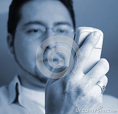 Mann, der Telefon betrachtet