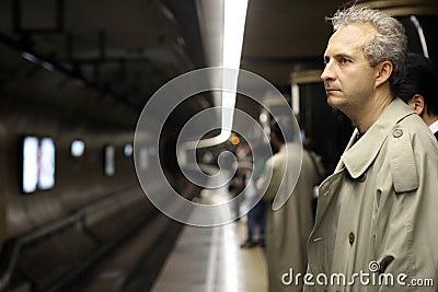 Mann in der Untergrundbahn