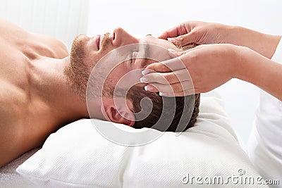 Mann hat Massage im Badekurort