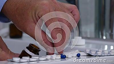 Mann im Badezimmer wählen Pillen für eine medizinische Heilung stock video footage