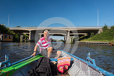 Mann im Boot in dem Fluss