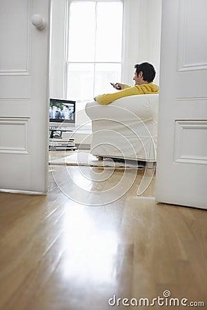 Mann im Couch und aufpassendem Fernsehen