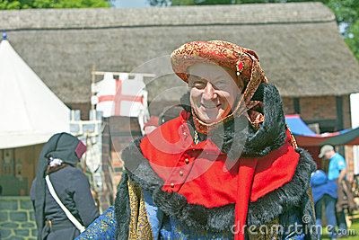 Mann im mittelalterlichen Kostüm. Redaktionelles Stockfotografie