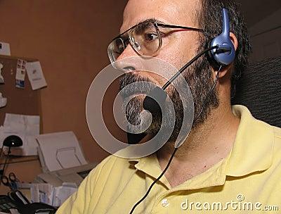 Mann mit einem Kopfhörer