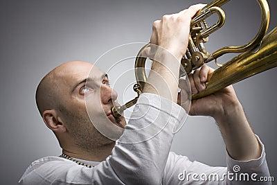 Mann mit einer Trompete