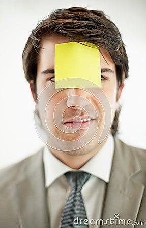 Mann mit einer unbelegten anhaftenden Anmerkung über die Stirn