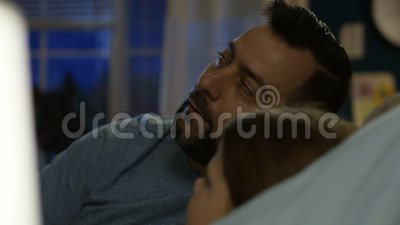 Mann mit Mädchen im Bett, das Geschichte erzählt stock footage