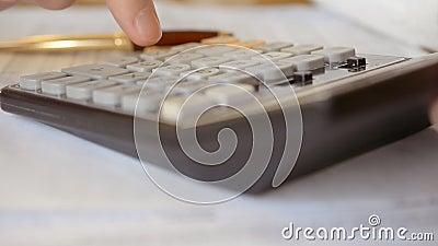 Mann mit Rechner, der ein Formular ausfüllt stock video footage