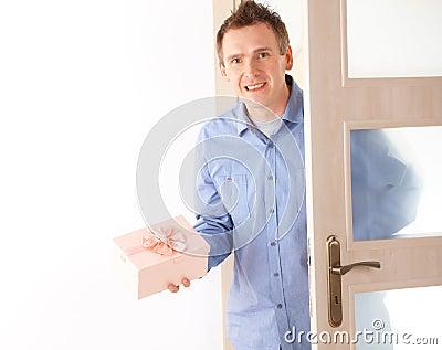 Mann mit rosafarbenem Geschenk